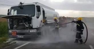 Un camion cu o cisternă de motorină, risca să ia foc; Șoferul a solicitat intervenția salvatorilor