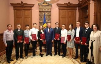 Cei mai buni elevi și studenți, au primit Diploma de Onoare a Președintelui Republicii Moldova