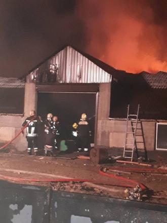 Un depozit din Strășeni, distrus de flăcări