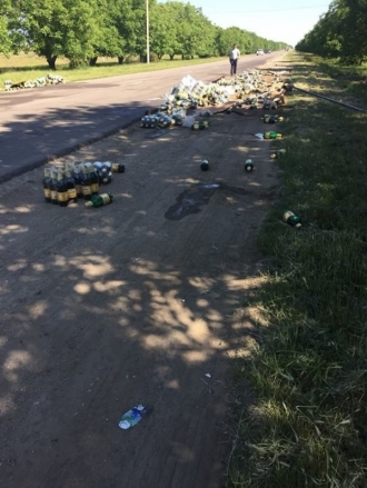 Sute de sticle cu bere, împrăștiate pe un drum din sudul țării