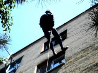 O fetiță de 7 ani, care atârna la un balcon de la etajul 5, salvată de pompieri