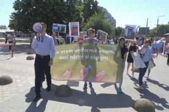 Marș în centrul capitalei: Nu vrem uniformă acum, dați hârtie şi săpun!