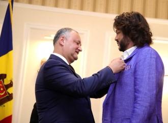 """Igor Dodon i-a acordat titlul onorific """"Artist al Poporului"""" lui Filip Kirkorov"""