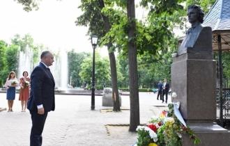 Depuneri de flori la bustul lui Mihai Eminescu