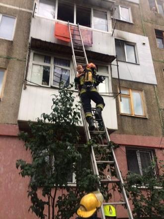 Un copil din Chișinău, salvat de pompieri, dintr-un apartament cuprins de flăcări