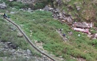 Peste 40 de morţi, după ce un autobuz a căzut într-o prăpastie, în nordul Indiei