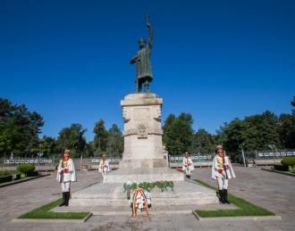 Astăzi se împlinesc 514 ani de la moartea lui Ștefan cel Mare; Igor Dodon a depus flori la monumentul domnitorului