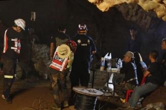 Jucătorii şi antrenorul echipei de fotbal blocaţi într-o peşteră din Thailanda au fost găsiţi şi sunt în viaţă. Salvatorii au, însă, o veste proastă: Ar putea dura câteva luni