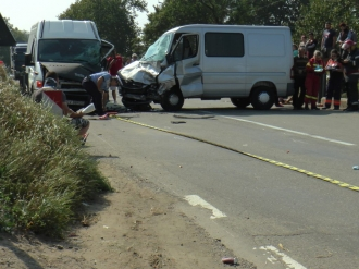 Un microbuz plin cu moldoveni, implicat într-un accident în România; 11 persoane au fost rănite