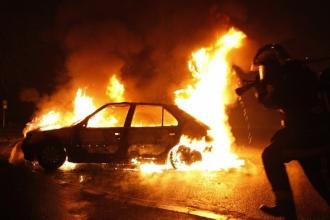 Un om a ars de viu, în mașina care se afla parcată pe strada Alba Iulia