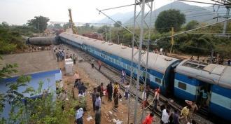 Cel puţin cinci persoane au murit şi alte 30 au fost rănite după ce un tren a deraiat în India