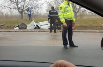 Un automobil s-a răsturnat în apropiere de satul Peresecina