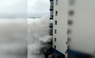 Haos în Tenerife: turişti evacuaţi după ce valuri de 12 metri distrug balcoanele unor blocuri