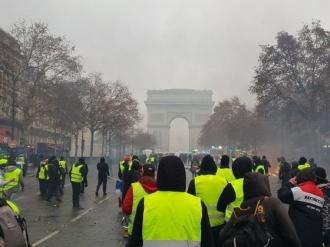 Protestele din Franţa: Guvernul de la Paris va renunţa la majorarea taxei pentru carburanţi după ce peste 136.000 de oameni au ieşit în stradă