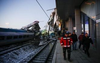 ACCIDENT FEROVIAR în Turcia: Patru morţi şi peste 40 de răniţi, după ce două trenuri de mare viteză s-au ciocnit, la Ankara