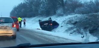 O mașină s-a răsturnat din cauza ghețușului format pe carosabil