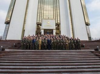 """Șeful statului a conferit Crucea comemorativă """"Participant la acțiunile de luptă din Afganistan (1979-1989)"""" unui grup de veterani"""