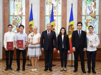 Igor Dodon a oferit distincții de stat unui grup de elevi