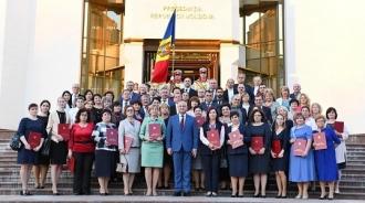 140 de profesori din toată țara au primit diplome de onoare din partea președintelui Igor Dodon