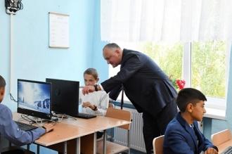 Președintele Igor Dodon a modernizat sala de computere din școala din satul natal Sadova