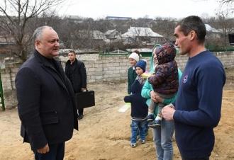 Familia Mancaș din Drăgușenii Noi a primit în dar o casă din partea președintelui țării