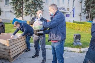 Peste 100 de localnici din Talmaza au primit pachete cu produse alimentare. Ajutorul a fost adus de polițiști
