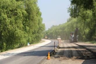 Începe reparația drumurilor locale