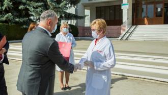 Aproape 400 de angajați medicali vor primi distincții de stat din partea președintelui țării, Igor Dodon