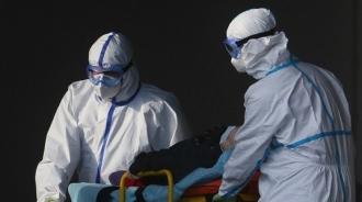 Aproape o mie de muncitori români, infectați cu coronavirus la un abator din Germania