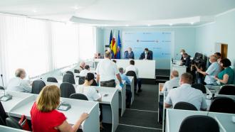 """Igor Dodon a înmânat unui grup de lucrători ai administrației raionale și municipale din Soroca """"Diploma de Onoare a Președintelui"""""""