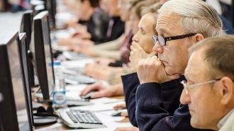Pensionarii, care mai continuă să muncească, de astăzi pot cere recalcularea pensiilor