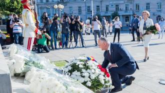 Conducerea țării a depus flori la monumentul lui Ștefan cel Mare