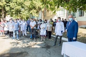 Igor Dodon a vizitat spitalul din Leova și a înmânat diplome de onoare unui grup de medici care luptă cu COVID-19