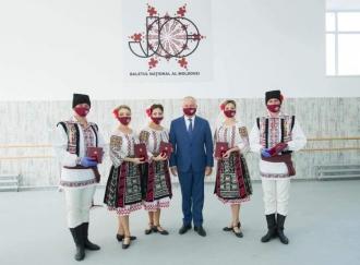 Igor Dodon a înmânat distincții artiștilor din cadrul colectivului