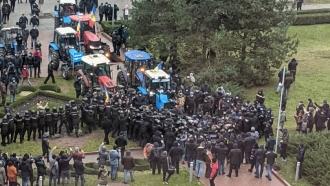 Agricultorii care au dat buzna cu tractoarele în Parlament și au  rănit polițiștii, riscă dosar penal