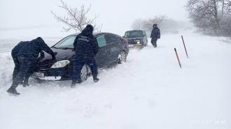 Polițiștii de frontieră au scos din nămeți mai multe mașini întroienite