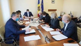 Comisia parlamentară a avizat proiectul care îi permite Guvernului să procure vaccin anti-COVID-19