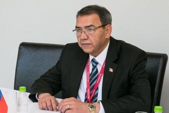 Experiența profesională a lui Golovatiuc: Cea mai mare parte a carierei și-a petrecut-o în domeniul bancar și cel academic
