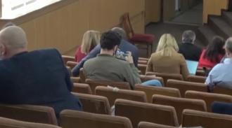 """""""Oamenii buni"""" de la PAS spun că își pot permite la ședințele CMC să se joace în telefon"""