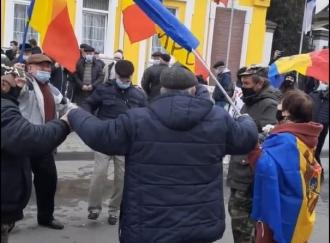 Dansuri în fața sediului CC. În săptămâna patimilor, protestatarii PAS au încins o horă
