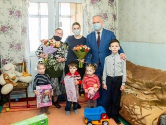 În ajunul sărbătorilor de Paște, Igor Dodon a adus mai multe daruri într-o familie cu patru copii