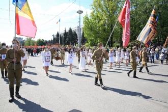 """Peste zece mii de cetățeni au participat la """"Regimentul Nemuritor"""" și au scandat """"Victorie! Moldova!"""""""