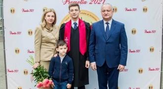"""Igor Dodon împreună cu soția sa, Galina, au participat la """"Ultimul sunet"""" al fiului cel mare"""