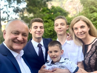 Îndrumarea lui Igor Dodon pentru fiul cel mai mare, Vlad, care azi e absolvent