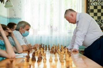 Anatoli Karpov a ținut o sesiune de joc simultan, la școala de șah din Bălți