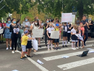 Vrem la școală! Cerem educație! Zeci de părinți și elevi protestează la Guvern față de restricțiile impuse