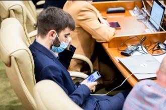 NO COMMENT! Un deputat PAS, surprins jucându-se în telefon, în timp ce Parlamentul discută criza gazelor