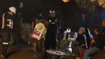 Jucătorii şi antrenorul echipei de fotbal blocaţi într-o peşteră din Thaila ...