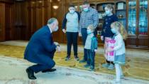 Președintele țării va ajuta o familie, care a rămas fără mamă, să-și cumper ...