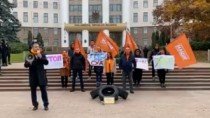 Protest în fața Parlamentului: manifestanții i-au adus lui Igor Grosu de la ...